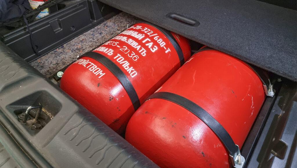 Установка метанового ГБО в Минске -  метановые баллоны, установленные в нише запасного колеса, не мешают размещению пола в багажнике