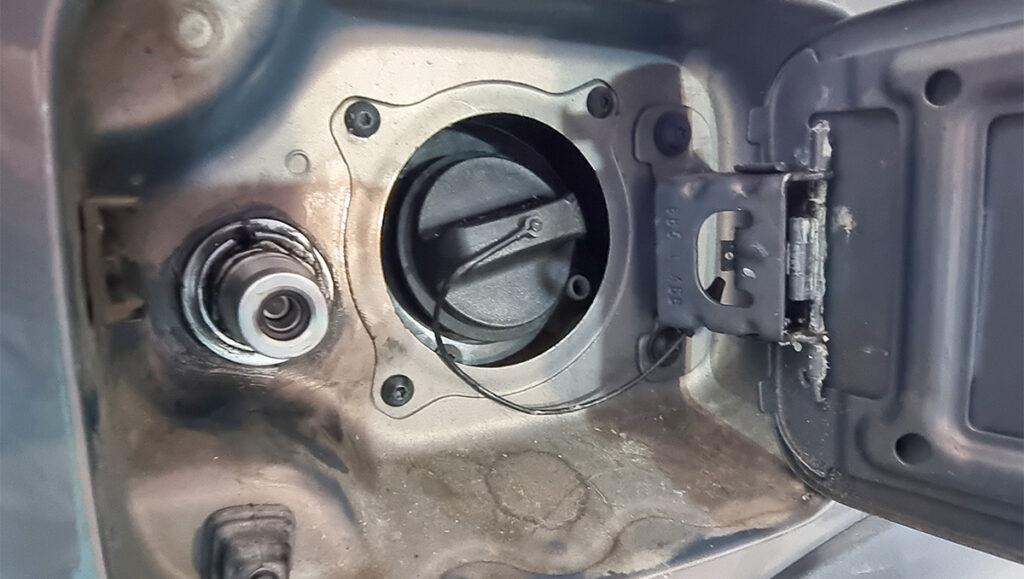 Метановое заправочное устройство в лючок бензобака